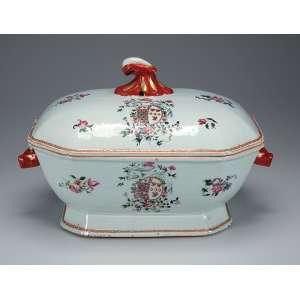 Sopeira de porcelana Cia das Índias, policromada e dourada, decorada com flores e brasão armorial <br />(não identificado) em esmaltes da família rosa. Alças laterais em cabeça de lebre e pega <br />da tampa em vegetal. 34 x 22 x 21 cm de altura. China, Qing Qianlong (1736 - 1795).