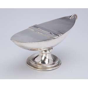 Naveta de prata lisa. 17 x 9 cm de altura. Sem contrastes. Brasil, séc. XX.