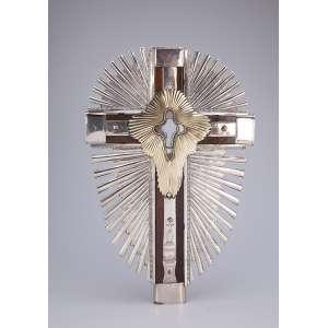 Crucifixo de madeira com ponteiras e raios de prata. Parte central em vermeil. <br />46 cm de altura. América do Sul, séc. XX.