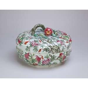 Grande caixa com tampa de porcelana policromada, circular, decorada com frutos, flores e morcegos. <br />Pega da tampa em galho e romã. 36 cm de diâmetro x 20 cm de altura. China, séc. XIX.