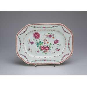 Pequena travessa de porcelana Cia das Índias, retangular, aba com guirlandas e caldeira <br />floral em esmaltes da Família Rosa. 28,5 x 21 cm. China, Qing Qianlong (1736 - 1795).