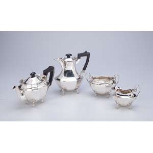 Delicado serviço para chá e café de prata inglesa, composto de bule para chá e café, <br />com cabos e pegas das tampas de madeira, cremeira e açucareiro. Sheffield, 1919/20.
