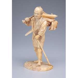 Escultura de marfim, lavrador com enxada e cesto com legumes. <br />20,5 cm de altura. Assinado. Japão, séc. XIX.