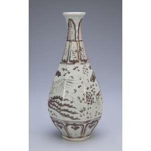 Vaso de porcelana com bojo em facetados e decoração em tons de marrom e bege. <br />26,5 cm de altura. Annam, Ming, séc. XVI.