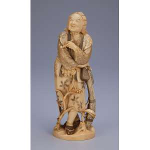 Escultura de marfim, camponesa com pássaros na cintura diante de pé de milho. <br />20 cm de altura. Assinada sobre selo vermelho. Japão, séc. XIX.