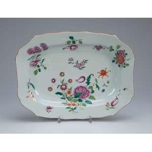 Travessa de porcelana Cia das Índias, retangular com aba recortada, decoração floral em esmaltes <br />da Família Rosa. 35 x 27 cm. China, Qing Qianlong (1736 - 1795).