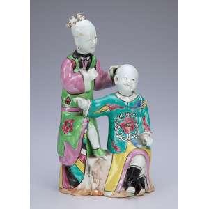 Casal de figuras orientais, de porcelana policromada. <br />20 cm de altura. China, séc. XIX.