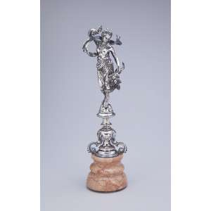 Grande paliteiro de prata, figura feminina portando cornucópia sobre base de mármore. <br />(provável adaptação). 34 cm de altura total.