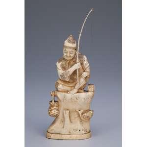 Escultura de marfim, pescador sobre rochedo, com cesto e peixe. <br />14 cm de altura. Japão, séc. XIX.