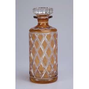 Garrafa de cristal overlay, lapidação em losangos. 25,5 cm de altura. Europa, séc. XX.