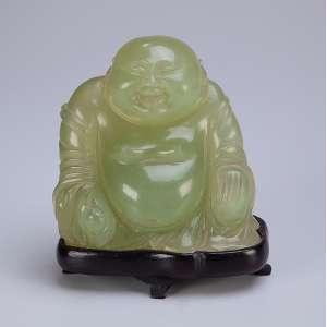 Buda, escultura de jade sobre base de madeira. 13 cm de altura. Japão, séc. XIX.