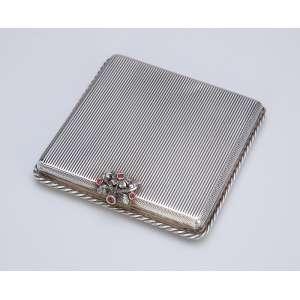 Porta - pó de prata guilhochada, fecho com pequenos rubis incrustados. 8 X 8 cm - Itália, séc. XX.