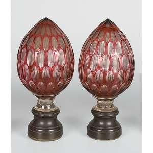 Par de pinhas de cristal de Baccarat, overlay rubi, lapidação em ovalados. <br />Base de bronze. 24,5 cm de altura. França, séc. XIX.