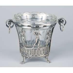 Pequeno porta-gelos de cristal lapidado e prata cinzelada, decorada com guirlandas e ninfas. <br />12 cm de diâmetro x 12 cm de altura. Europa, séc. XX.