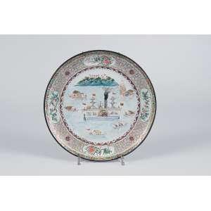 Raro prato de porcelana Cia das Índias, - circular, borda protegida por anel de prata. <br />Incomum decoração com barco a vapor e outras embarcações. <br />24,5 cm de diâmetro. China, séc. XVIII.