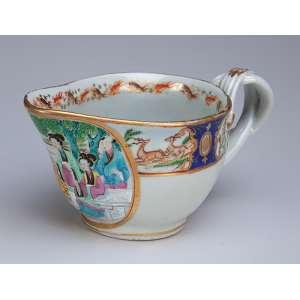 Molheira de porcelana Cia das Índias, policromada e dourada com reserva de pintura com <br />personagens em cenas do cotidiano. 18 x 8 cm de altura. China, Qing Jiaquing (1796-1820).