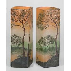LEGRAS<br />Par de vasos quadrangulares de vidro artístico, decorados com paisagem em policromia. <br />Assinados. 26 cm de altura. França, c. 1935.