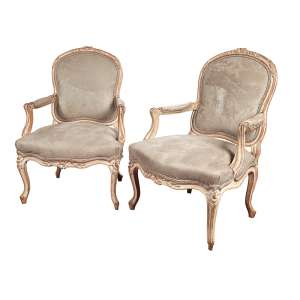 Par de poltronas, estilo Louis XV, madeira entalhada com leve pátina bege. <br />Assento e encosto estofados e revestidos de veludo cinza. 95 cm de altura, <br />o espaldar. França, séc. XIX.