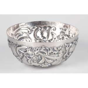 Farinheira de prata, D. José I, repuxada e cinzelada, decoração em flores e volutas. <br />18 x 8 cm. Brasil, séc. XVIII. (pequena ruptura na borda).