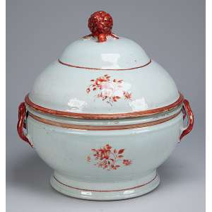 Sopeira de porcelana Cia das Índias, circular, decorada com pequenos arranjos florais. <br />Alças laterais em semicírculo e pega da tampa em pinha. 26,5 cm de diâmetro x <br />30 cm de altura. China, Qing Qianlong (1736-1795).