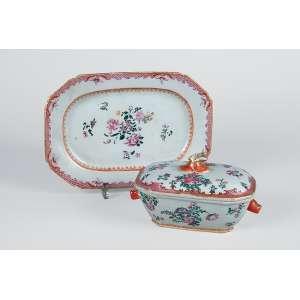 Mini sopeira e travessa de porcelana Cia das Índias, policromada, decoração floral com esmaltes <br />da Família Rosa. 25,5 x 17,5 cm, a travessa e 10 cm de altura, a sopeirinha.<br />China, Qing Qianlong (1736-1795).