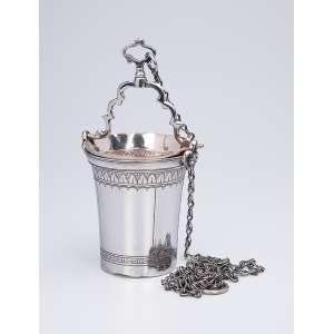 Guampa de prata com sua corrente, apresenta barrado com folhas repetitivas. <br />12 cm de altura. Sem marcas. Brasil, séc. XIX.