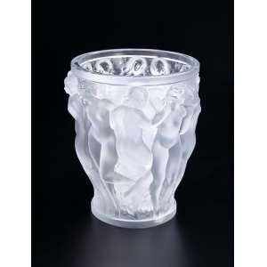 LALIQUE<br />Vaso Baccachantes. Vidro branco moulé - pressé, patinado e opalescente. 24 cm de altura. França. Assinado. Reproduzido em R. Lalique de Felix Marcilhac, na pág. 438.