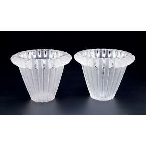 LALIQUE<br />Par de vasos. Royat de vidro branco moulé - pressé, opalescente. 15,5 cm de altura. Modelo criado em 1936. Assinados. Reproduzido no catálogo do Raisonné, de Félix Marcilhac, na página 469.