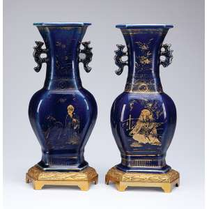 Par de elegantes ânforas de porcelana, powder blue, decoradas com pintura em douração. <br />Base de bronze dourado, finamente cinzelado, de manufatura francesa. <br />32 cm de altura. China, Qing Qianlong (1736-1795).