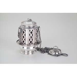 Turíbulo de prata repuxada, martelada e cinzelada, laterais vazadas em losangos. <br />17 cm de altura. América do Sul, séc. XIX.