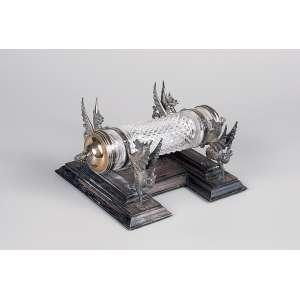 Raro scroll em cristal tubular em micro bico de jaca. Tampa e suportes em forma de animais alados, <br />de prata inglesa da cidade de Londres, 1931. 22 x 8,5 cm.
