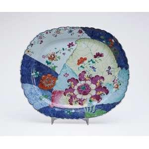 Raríssima e magnífica travessa de porcelana Cia das Índias, decoração Folha de Tabaco. <br />47 x 40 cm. China, Qing Qianlong (1736-1795).