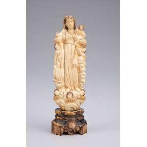 Nossa Senhora do Carmo<br />Imagem de marfim de Gôa. Apresenta-se ladeada por figuras em representação às Almas do Purgatório. <br />13 cm de altura. Índia portuguesa, séc. XVIII.