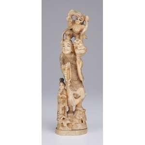 Escultura de marfim. Figura masculina com animal mitológico sobre sua cabeça e jovem a seus pés. <br />Assinado. 28 cm de altura. Japão, séc. XIX.