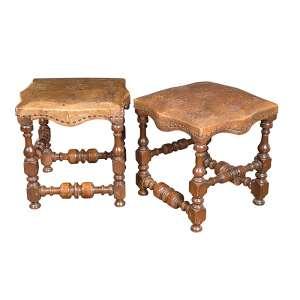 Par de mochos de madeira torneada com assento retangular revestido de couro lavrado. Brasil, séc. XIX. <br />Coleção Augusto Velloso.