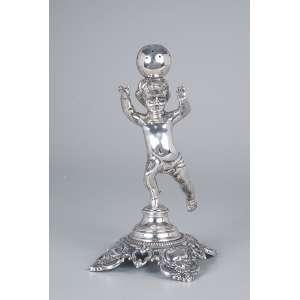 Paliteiro de prata, cupido com esfera sobre a cabeça. 20 cm de altura. <br />Pseudocontraste do Porto. Brasil, séc. XIX.