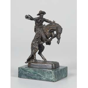 FREDERIC REMINGTON<br />The Bronco Buster. Pequena escultura de bronze sobre base de mármore. 12 cm de altura. Assinada na base.