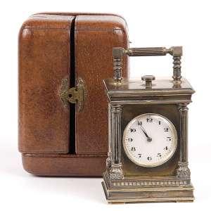 Carriage clock, de repetição. Caixa de metal prateado. Acondicionado em estojo original de couro. <br />11 cm de altura. França, séc. XIX.