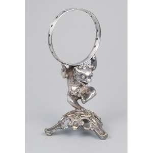 Paliteiro de prata fundida e cinzelada, rã com circulo. 13,5 cm de altura. Contraste 10 dinheiros. <br />Brasil, Rio de Janeiro, meados do séc. XIX.