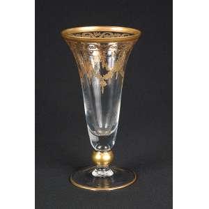 Vaso cônico de cristal de Baccarat, decorado com guirlandas e filetes dourados. <br />12 cm de diâmetro x 22 cm de altura.
