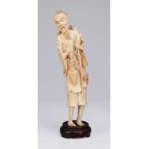 Escultura de marfim. Pescador com samburá e peixes, sobre base de madeira. 29 cm de altura. China, séc. XIX.