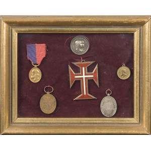 Cruz de malta ladeada por cinco medalhas comemorativas, emolduradas. 19 x 23 cm.