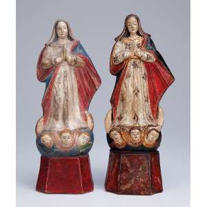 Nossa Senhora da Conceição<br />Conjunto de duas imagens de barro cozido (Paulistão), policromadas e douradas. <br />25 cm de altura, a maior. Brasil, séc. XVIII. <br />Coleção Domingos Giobbi.