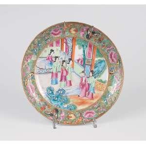 Prato de porcelana Cia das Índias, decoração padrão Cantão Mandarim, plano com pinturas <br />de figuras em atividades. 25 cm de diâmetro. China, séc. XVIII.