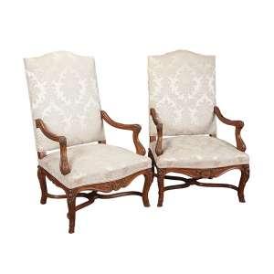 Par de elegantes poltronas, de carvalho, finos entalhes, assento e encosto estofados e <br />revestidos de tecido bege. 117 cm de altura, o espaldar. Inglaterra, séc. XIX.