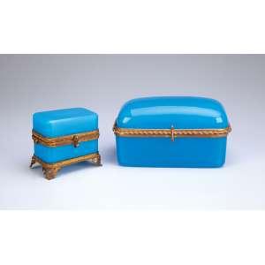 Duas caixas de opalina azul com ornamentos de bronze dourado. 16 x 10 x 8,5 cm de altura, <br />a maior. França, séc. XX.