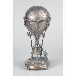 Bombonière em forma de balão, metal prateado cinzelado. <br />25 cm de altura. Inglaterra, séc. XX.