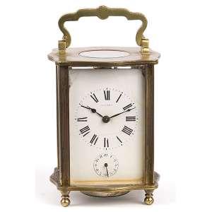 Carriage clock, com despertador. Caixa de bronze, mostrador no estado. <br />11 cm de altura. França, séc. XIX.