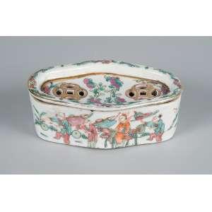 Pequena caixa com tampa de porcelana Cia das Índias, fenestrada, ovalada e policromada. <br />11,5 x 7 x 4 cm de altura. China, séc. XIX.
