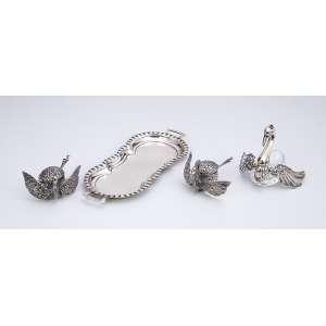 Saleiro, pimenteiro e mostardeiro, cisnes de prata e cristal sobre bandeja de prata.<br />20 cm. Europa, séc. XX.